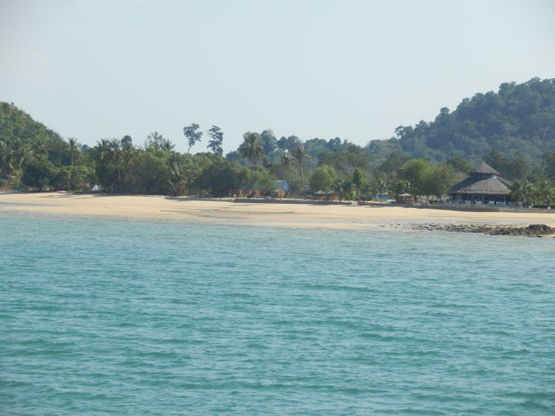 gleich links neben dem Pier ein herrlicher Strand