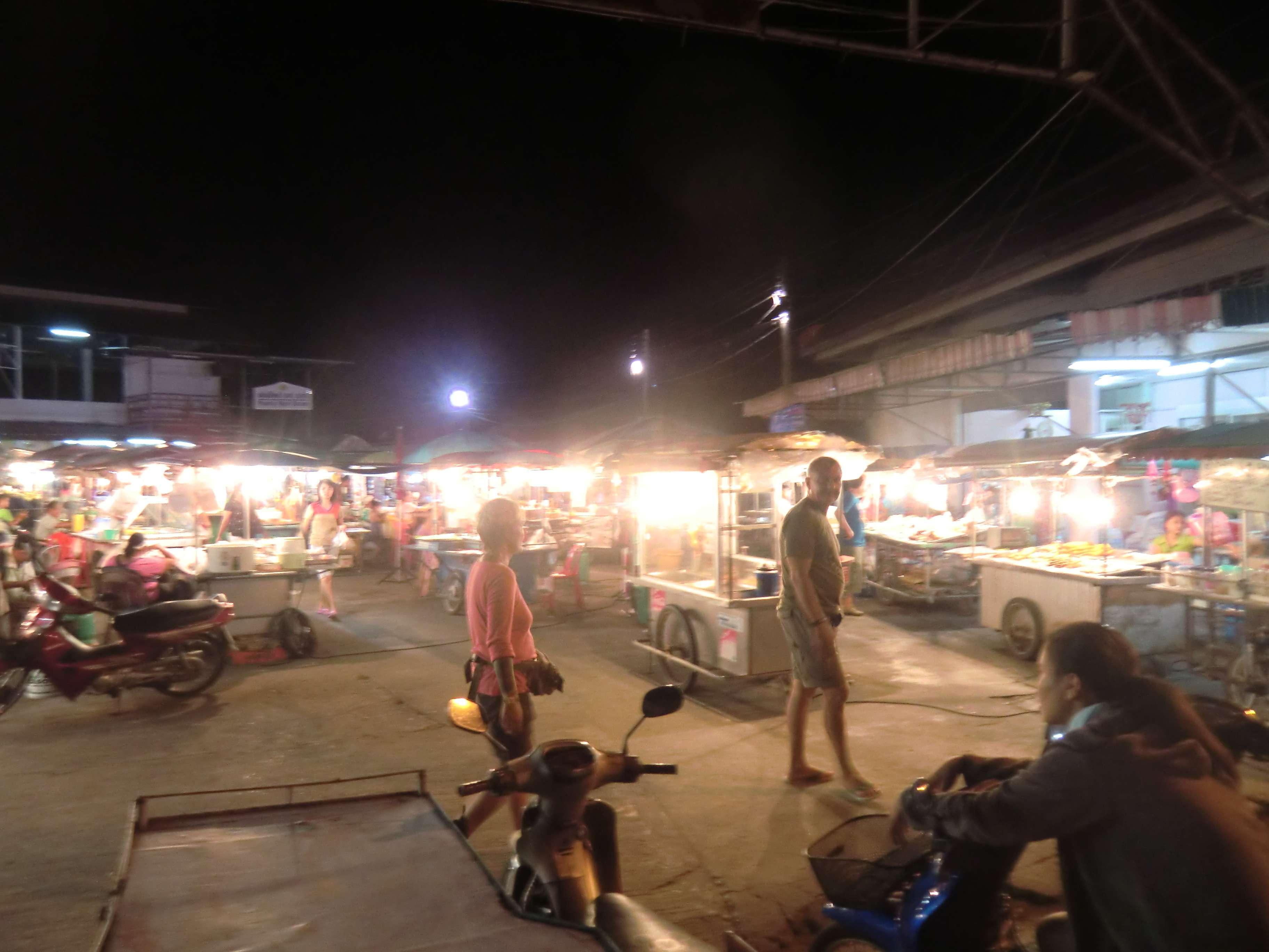 der Nachtmarkt in Thongsala